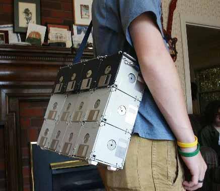 Bolso para geeks, hecho con diskettes