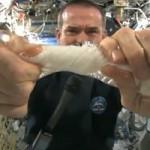 Retorcer un trapo mojado no es fácil en el espacio