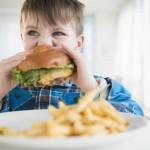 Mucha comida chatarra podría causar malas calificaciones